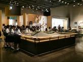 箸墓古墳のスケッチをしています