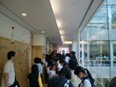 廊下もたくさんの人で溢れています