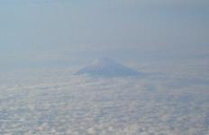 雲海から顔を出す富士山です