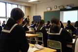 熱心に講義に集中する生徒