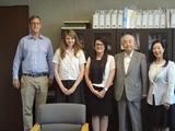 (左から)オリバー特別英語教員、イザベルさん、ケイトさん、花村大妻学院理事長(学長)、井上校長