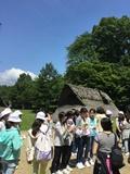 竪穴式住居の前で①