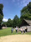 竪穴式住居の前で②